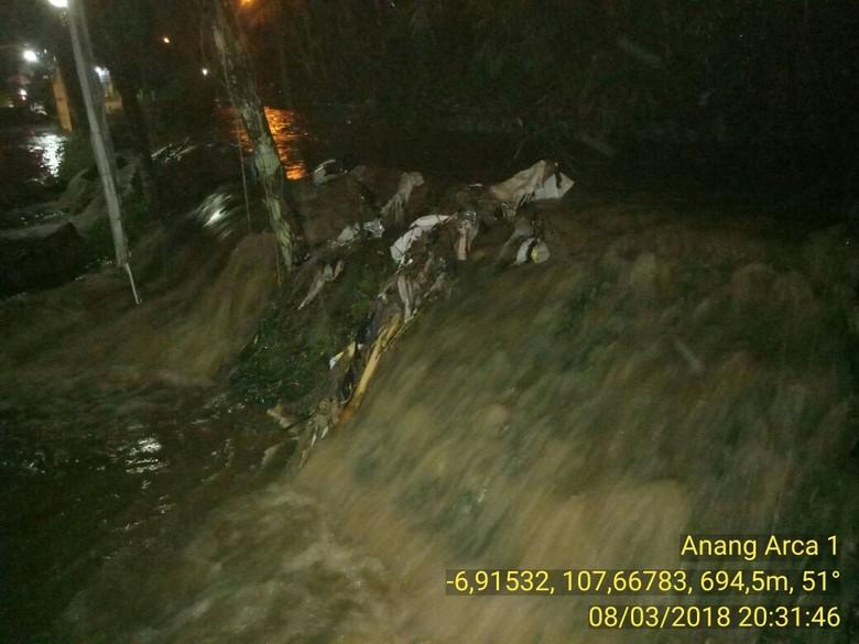 Tanggul Sungai Cikiley Bandung Jebol, Rumah Warga Terendam Banjir