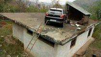 Kecelakaan, Buat Mobil Ini Tersangkut di Atap Rumah