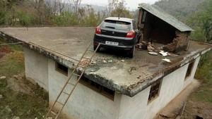 Aduh, Mobil Ini Ada di Atap Rumah
