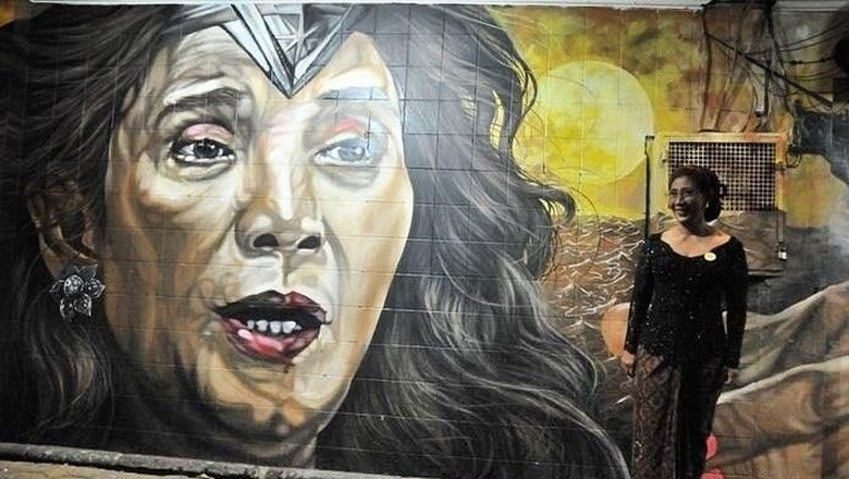 Menteri Susi berfoto bersama mural bergambar dirinya (Instagram/susipudjiastuti115)