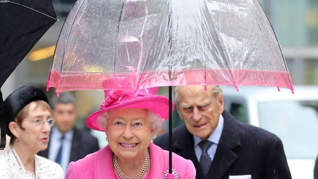 Unik, Gaya Ratu Elizabeth II Selalu Matching Sama Warna Payungnya