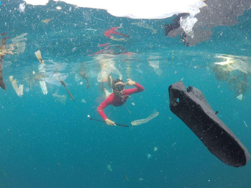 Sampah yang mengapung di laut tak hanya mampir di Nusa Penida, tapi juga Laut Kupang. Tepatnya di Perairan Dermaga Fery di Bolok. (Ernez/dTraveler)