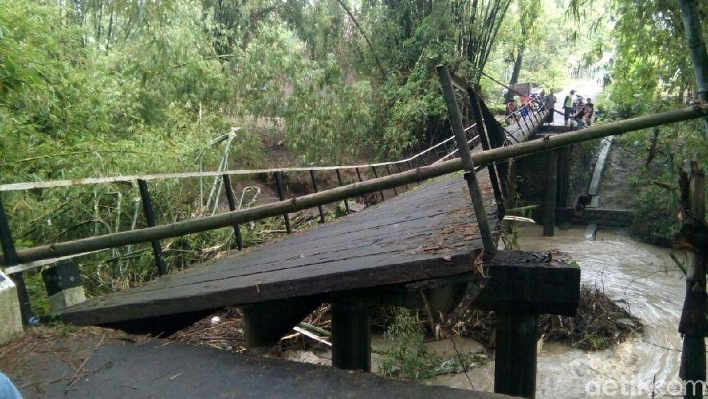 2 Waduk di Madiun Meluap, Jembatan Miring Diterjang Arus Deras