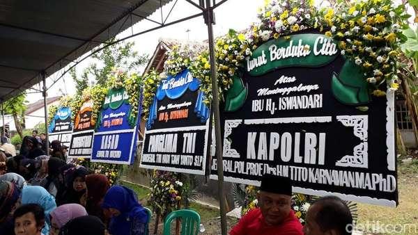 Bunga dari Panglima TNI dan Kapolri untuk Korban Tewas Kecelakaan Tank