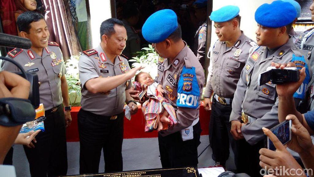 Momen Kapolri Jenguk Bayi Tito Karnavian, Anak Asuh Polisi di Yogya