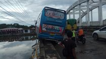 Sopir Ngantuk, Bus di Maros Nangkring Mengerikan di Bibir Jembatan