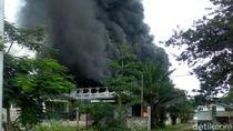 Pabrik Plastik di Pasuruan Terbakar, Asap Pekat Membubung Tinggi
