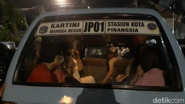 Para penjudi yang digerebek di Sawah Besar dibawa ke Polda Metro Jaya dengan mobil tahanan dan angkot, Senin (12/3/2018)