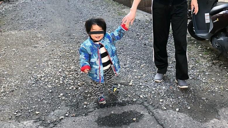 Kaget! Ada Bocah yang Tampak Melayang di Foto Ini. Foto: Twitter/nodowoyaku