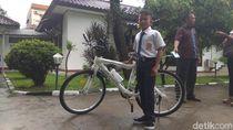 Kisah Bocah Karawang Jalan 1 Jam ke Sekolah dan Hadiah Sepeda