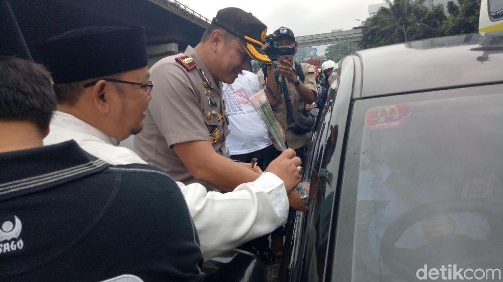 Bagikan Mawar dan Stiker, Polisi dan MUI Kampanye Anti-Hoax di Jakbar