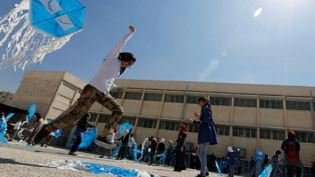 Wajah Gembira Anak-anak di Yordania Saat Main Layangan