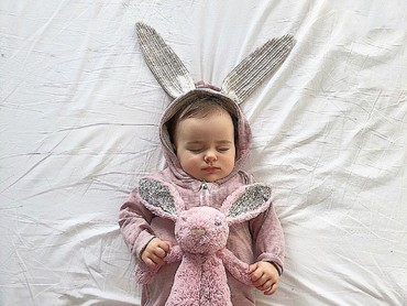 Ada boneka kelinci besar memeluk boneka kelinci kecil. Hi-hi. (Foto: Instagram/elaaa.o)