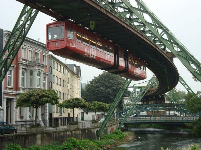 Nama kereta terbalik di Jerman ini adalah Wuppertal Suspension Railway. Nama Wuppertal diambil dari nama daerahnya di Jerman. Istimewa/hamadacabo.