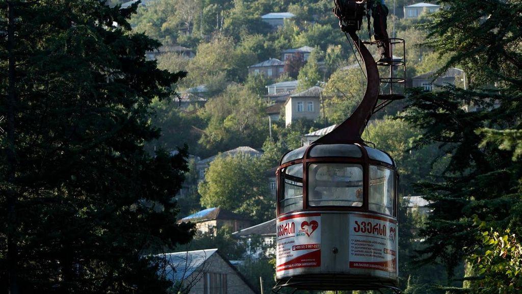 Foto: Kereta Gantung Unik di Negara Georgia