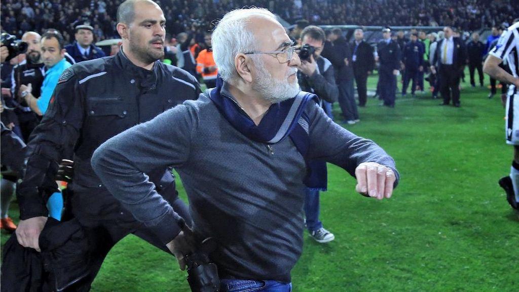 Liga Yunani Disetop karena Insiden Pistol Masuk Lapangan