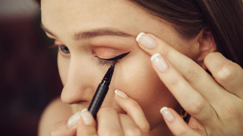 7 Eyeliner yang Mudah Dipakai untuk Menggambar Winged Eyeliner