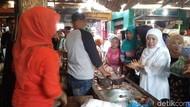 Khofifah ke Pasar Tanjung Anyar, Pedagang Curhat Sepi Pembeli