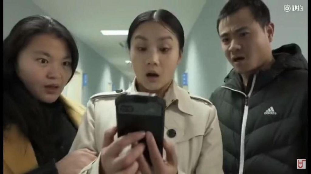 Lucu Banget! Iklan Ponsel China Ini Bikin Ngakak