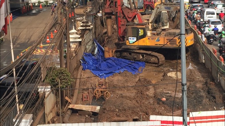 Foto: Gali Tanah, Petugas PGN Perbaiki Pipa Gas Bocor di Depan BNN