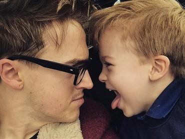 Si sulung, Buzz diajak ngobrol serius dengan ayahnya tapi malah menjulurkan lidah. Hi-hi-hi. (Foto: Instagram @alexfletcher)