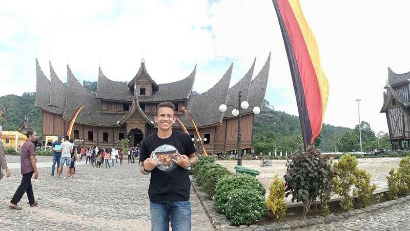Selalu tersenyum saat difoto, Egy sedang di Istano Basa alias Istana Pagaruyung. Istana ini terletak di Kecamatan Tanjung Emas, Kota Batusangkar, Kabupaten Tanah Datar, Sumatera Barat (egymaulanavikri/Instagram)