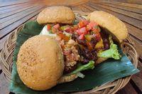 Yuk, Makan Siang dengan Salad dan Burger Sehat di Sini!