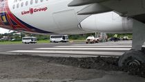 Foto: Roda Batik Air yang Terjerembab ke Pasir di Bandara Manokwari