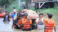 Jenazah Warga Baleendah Ditandu Terobos Banjir Satu Meter