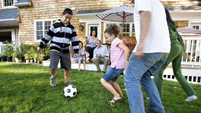 Bermain bersama anak di taman bisa jadi cara asik turunkan kalori. Foto: ilustrasi/thinkstock