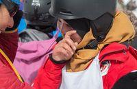Wanita Afghanistan menangis karena main ski untuk pertama kalinya (Neil Silverwood/Bamyan Ski Club)
