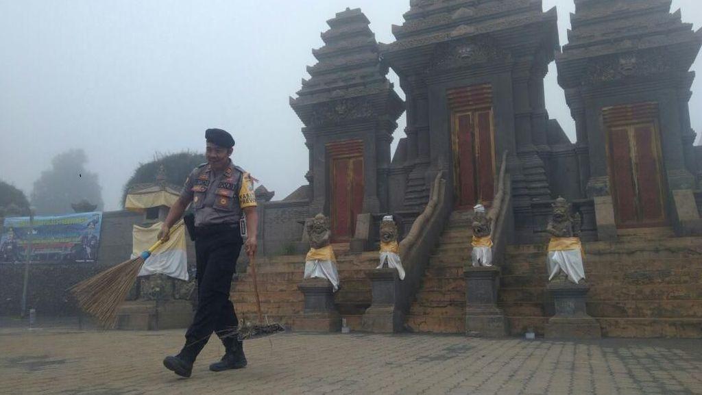 Harmonisnya Polisi dan Warga Bersihkan Pura di Lautan Pasir Bromo