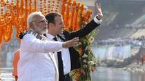 Momen Presiden Macron Susuri Sungai Gangga Bareng PM Modi