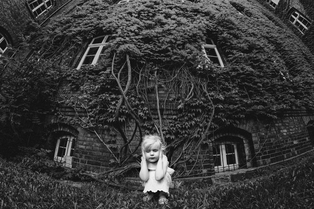 Juara pertama karya fotografer Kinga Drazek asal Polandia dengan judul foto Fear (Foto: B&W Child Photography 2017)