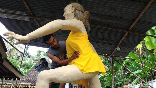 Pembuatan ogoh-ogoh di Pura Bhuana Puja Boyolali