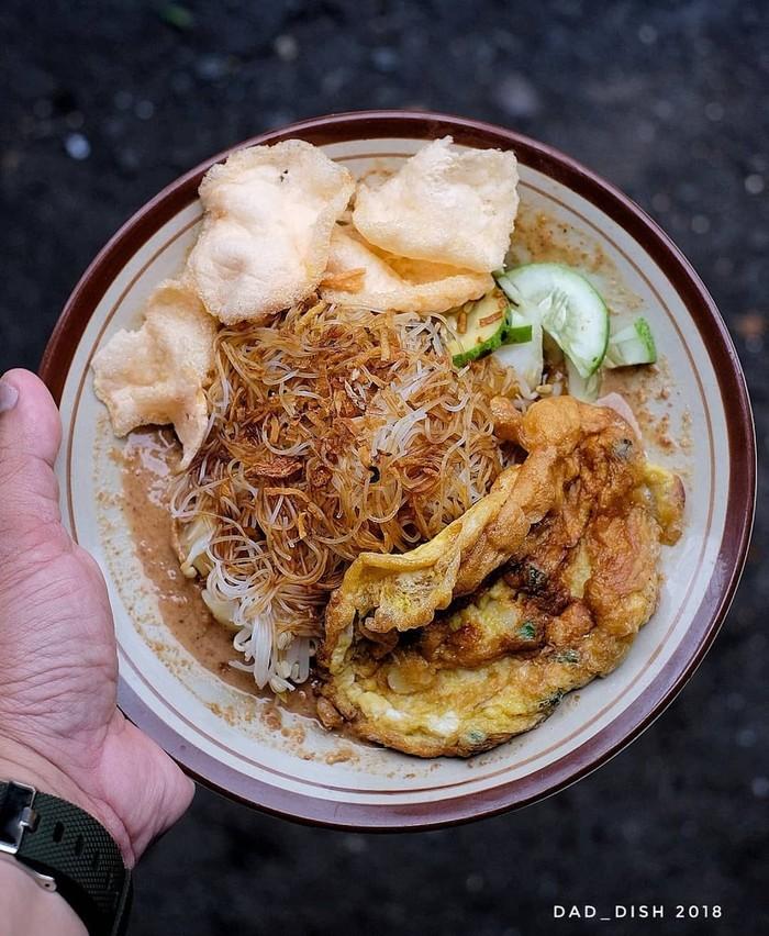 Instagram @dad_dish, terlihat sepiring ketoprak yang nikmat. Wuih, ada bihun, tauge, tahu, telur, ketupat dan bumbu kacang. Tertulis Ketoprak Jakarta yang dibandrol dengan harga Rp 13.000. Foto: Instagram @dad_dish.