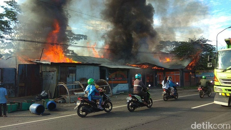 Rumah Makan Padang dan Gudang di Semarang Dilalap Api