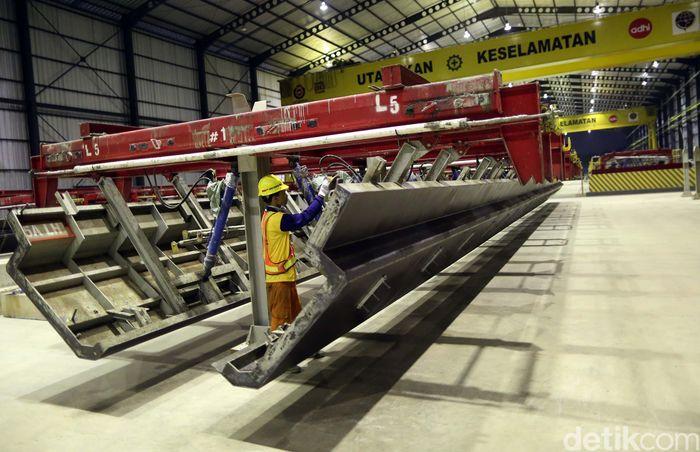 U-Shape Girder atau lintasan kereta itu dibuat oleh PT Adhi Karya Tbk di pabrik precast yang berlokasi di Pancoran, Jakarta Selatan.
