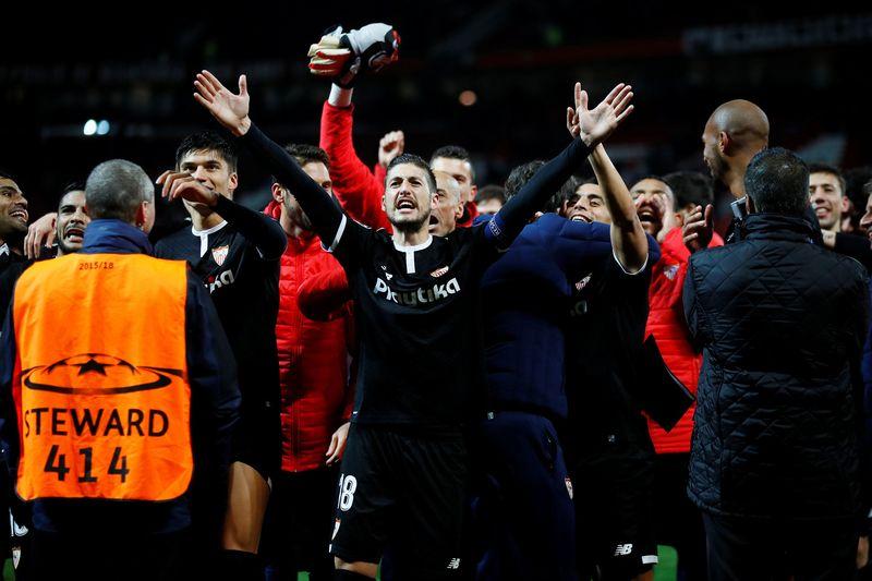 Sevilla lolos ke perempatfinal Liga Champions, setelah mengalahkan Manchester United dengan skor 2-1 di Old Trafford. Mereka unggul agregat 2-1, setelah di leg pertama berimbang 0-0 (Jason Cairnduff/Action Images via Reuters)