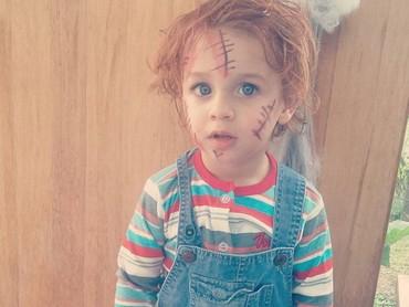 Boneka Chucky-nya lagi bengong nih. He-he. (Foto: Instagram @anyurazetto)