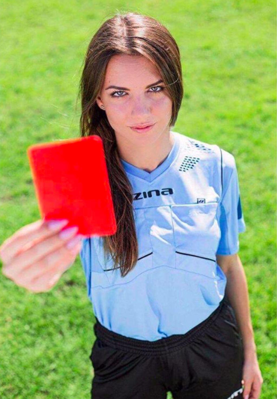 Nama gadis ini adalah Karolina Bojar yang baru berusia 20 tahun, asal Polandia dan sangat gemar menjadi wasit. Foto: Instagram