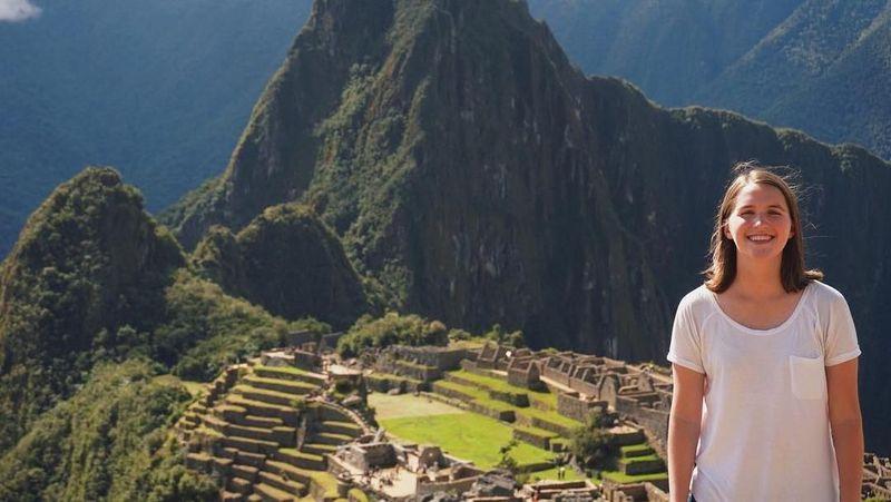 Nama gadis ini adalah Taylor Demonbreun. Dia berambisi memecahkan rekor dunia sebagai traveler termuda dan tercepat keliling dunia. Ini saat dia di Machu Pichuu, Peru (trekwithtaylor/Instagram)