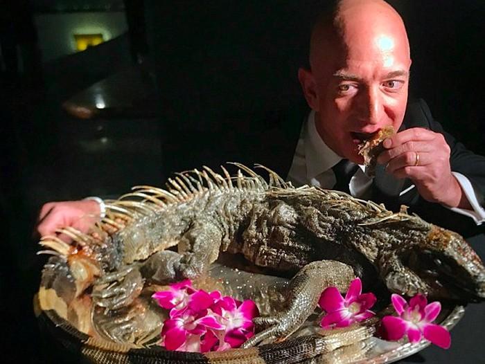 Jeff Bezos saat makan iguana. Foto: Twitter