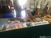 Barang bukti pengungkapan kasus perjudian di Sawah Besar, Jakarta Pusat
