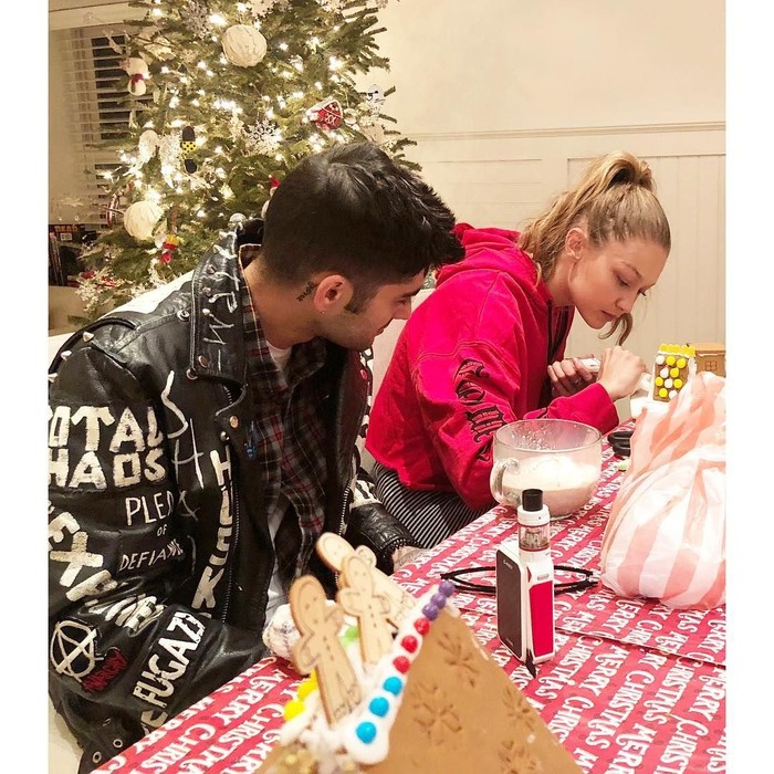 Merayakan Natal tahun kemarin, Yolanda mengabadikan momen anak perempuannya, Gigi sedang menghias Gingerbread House bersama Zayn Malik. Wajah Gigi nampak serius ya? Foto: Instagram yolanda.hadid
