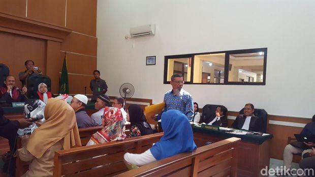 Zuherial (berbatik) saat bersaksi di sidang bos First Travel, Rabu (14/3/2018)