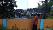Kasihan, Rumah Tiga Keluarga Ini Terisolir Pagar Lapangan Desa