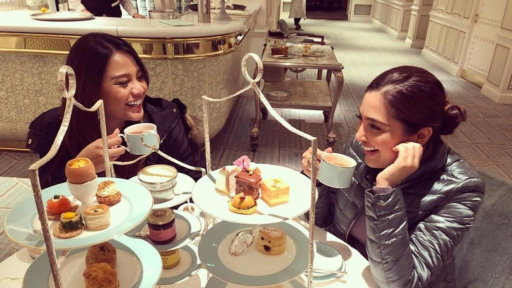 Mengintip Afternoon Tea Ashanty dan Aurel Hermansyah di London