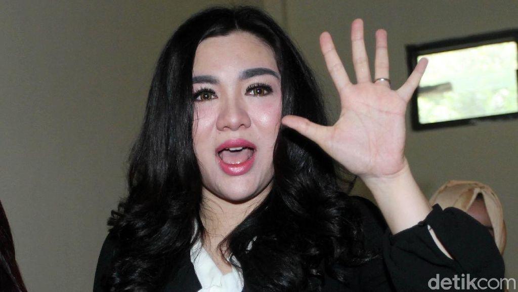 Gaya Vicky Shu di Sidang First Travel, Ungkap Cerita di Balik Promo