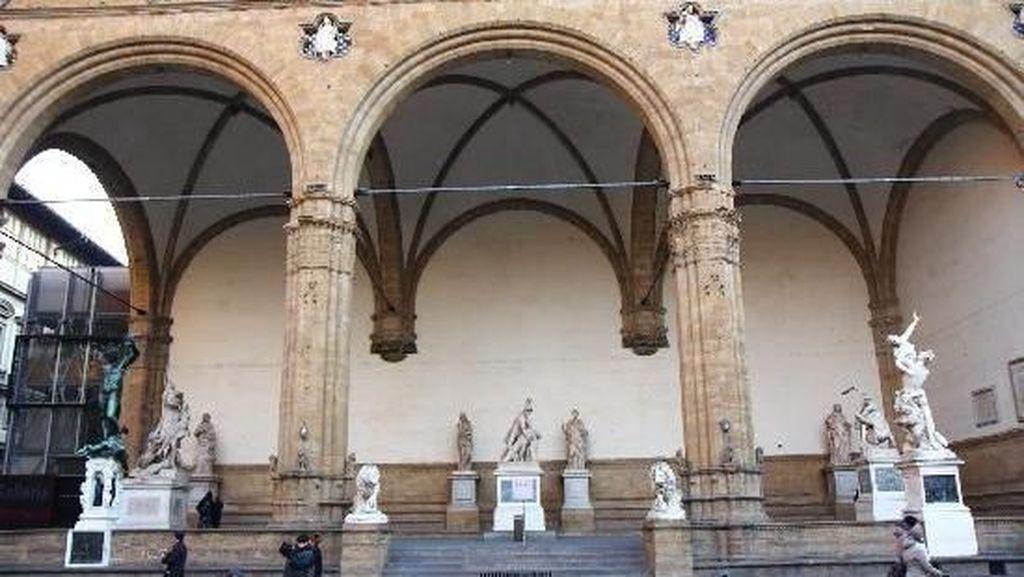 Waduh, Turis Amerika Pipis di Patung Bersejarah Italia!